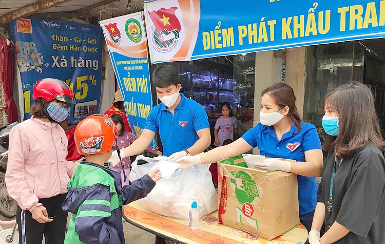 Đoàn viên thanh niên Tỉnh đoàn Hưng Yên phát khẩu trang miễn phí cho người dân.