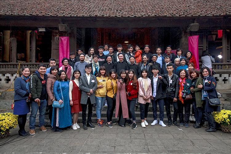 Những bạn trẻ của Đình làng Việt và thanh niên làng So cùng tổ chức Tết Việt tại đình làng So, năm 2018. Ảnh: Nguyễn Tiến Dũng