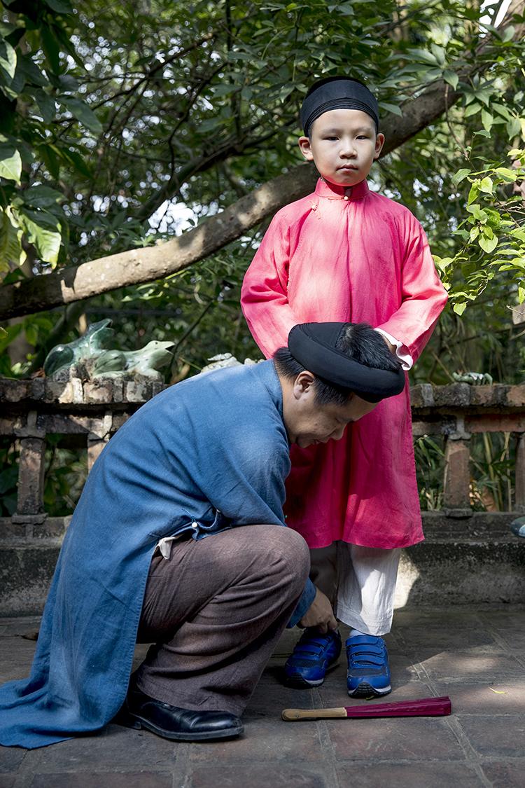 Bảo tồn giá trị áo dài nam truyền thống là một hoạt động thiết thực đang được các thành viên nhóm Đình làng VIệt tích cực hưởng ứng, nhân rộng. Ảnh: Nguyễn Tiến Dũng.