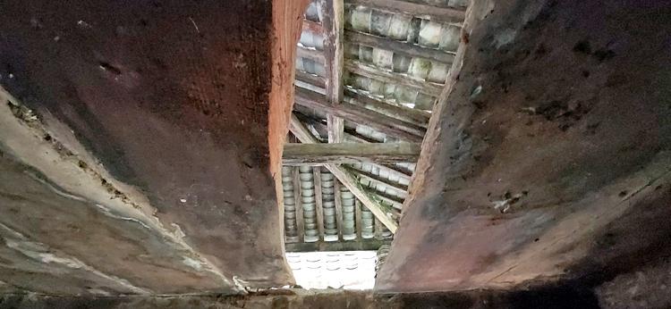 Trần tầng 1 bị mục, mủn, thủng lỗ rộng cả gang tay nhìn thông lên tầng 2 trong khu hậu dinh, khu Dinh thự họ Vương. Ảnh: T.C