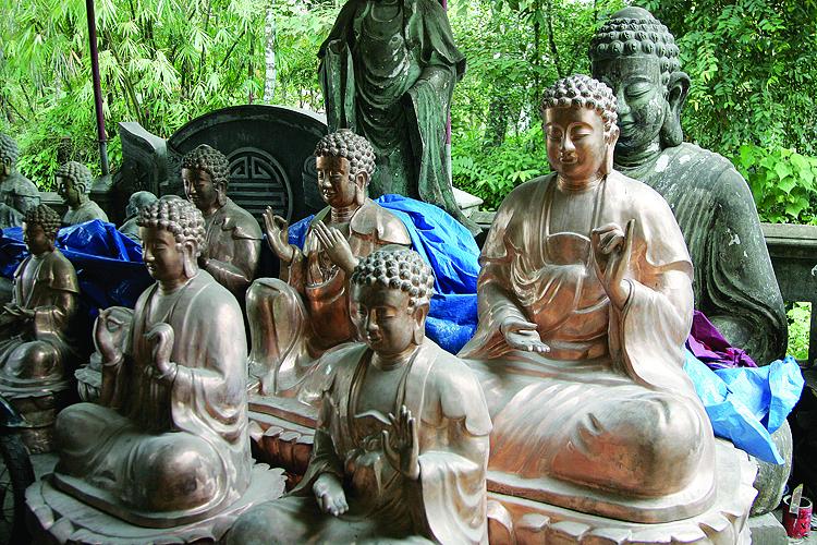 Sản phẩm chính của các nghệ nhân Phường Đúc hiện nay là tượng, đồ thờ...