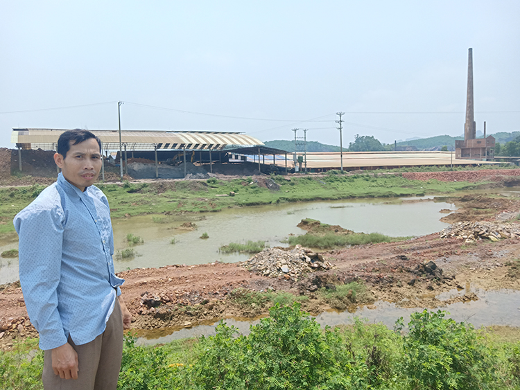 Trong khi đoạn suối Gạo phía đê Thanh Lương bị đào xới nham nhở thì vật liệu, chất thải từ nhà máy gạch lại đổ xuống suối Gạo phía đê Xuân Dương. Ảnh: P.V