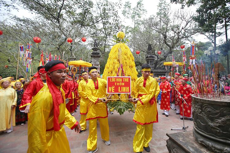 Người dân và du khách ứng xử văn minh trong lễ hội (Ảnh chụp tại hội Gióng, đền Sóc, Sóc Sơn). Ảnh Thế Đại