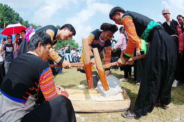 Thi giã bánh dày trong ngày Tết Độc lập ở Mộc Châu. Ảnh: T.C