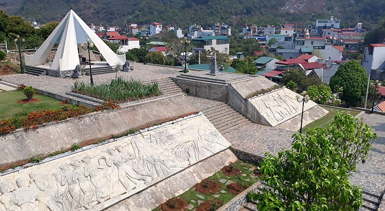 Toàn cảnh tượng đài Tây Tiến trên đồi Nà Bó, xã Mường Sang. Đây là điểm mốc đầu tiên trên Đường Tây Tiến. Ảnh: T.C