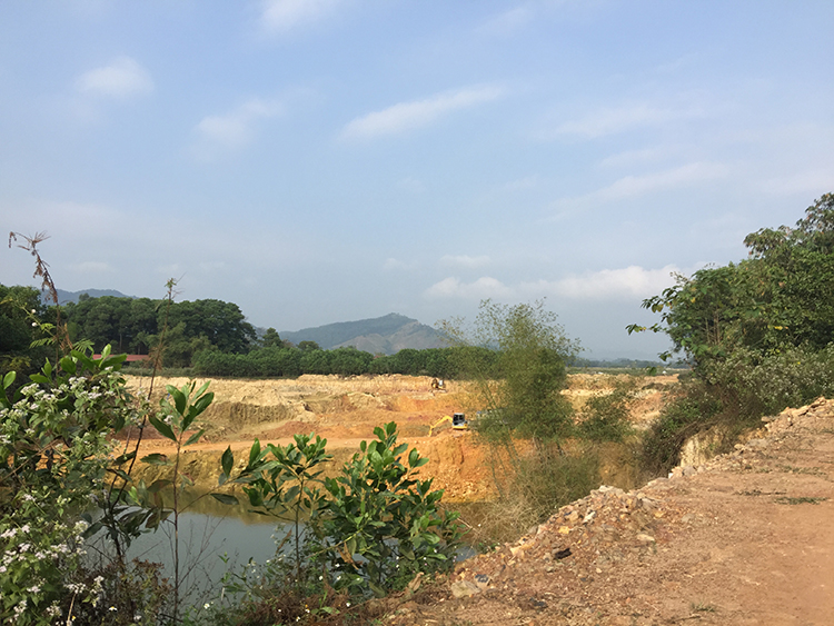 Cả một vùng đất rộng hàng nghìn mét vuông đã bị khai thác biến thành ao hồ, nhấp nhô