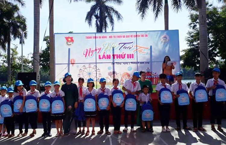 Đà Nẵng trao quà cho trẻ em có hoàn cảnh đặc biệt khó khăn.