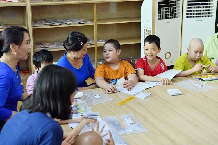 """Đến """"Lớp học hạnh phúc"""", bệnh nhi ở Bệnh viện K được chắp cánh ước mơ tới trường."""
