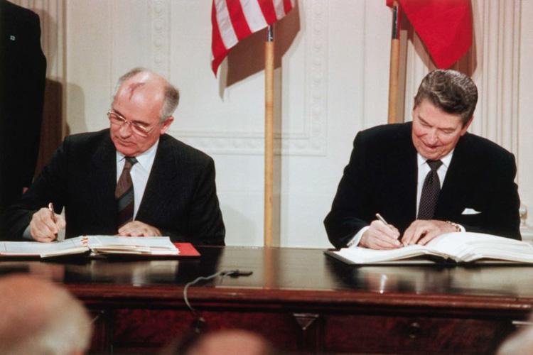 Tổng thống Hoa Kỳ Ronald Reagan và Tổng thống Liên Xô Mikhail Gorbachev ký Hiệp ước Lực lượng hạt nhân tầm trung (INF), ngày 8/12/1987 (ảnh: Reuters)