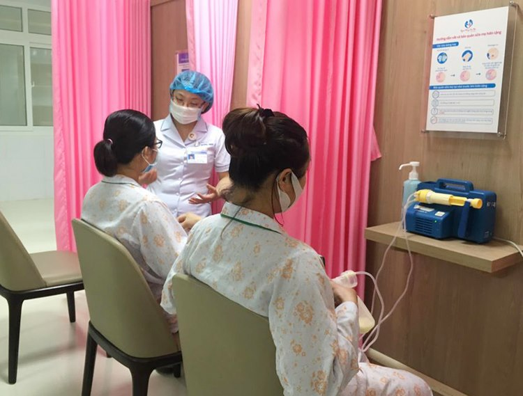 Các bà mẹ hiến tặng sữa được hướng dẫn vô khuẩn từ nhân viên y tế.