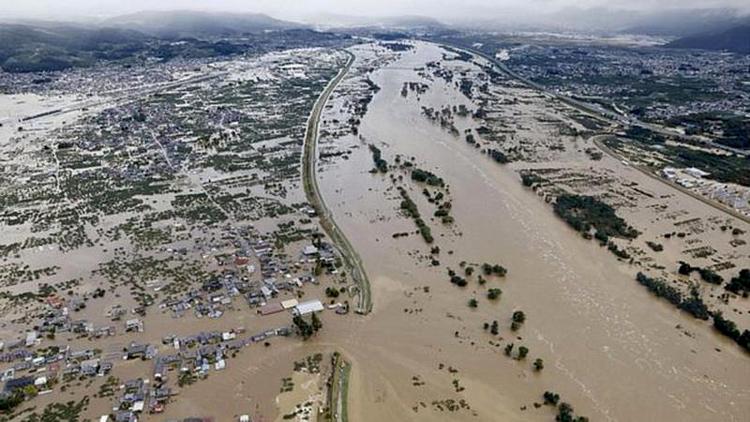 Lũ lụt nghiêm trọng khiến sinh hoạt và công tác cứu hộ trở nên vô cùng khó khăn (Nguồn: Reuters)