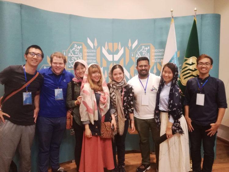 Nhật Linh (thứ 4 từ trái sang) là đại biểu của Việt Nam trong chương trình trường hè quốc tế: giáo dục về môi trường và phát triển tại Iran năm 2018.