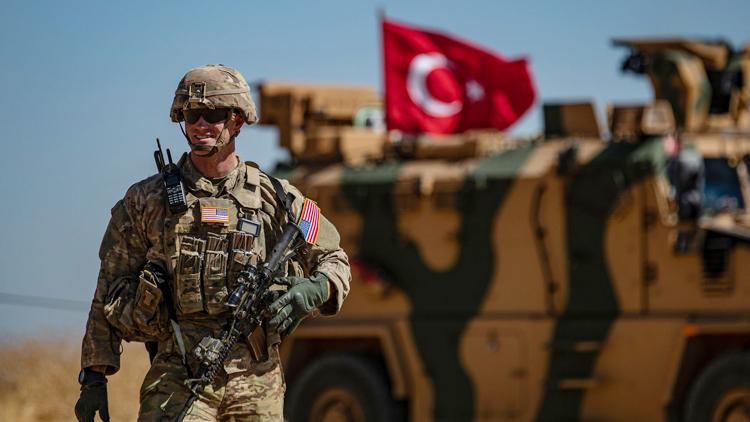 Một người lính Mỹ đứng bảo vệ trong một cuộc tuần tra chung với quân đội Thổ Nhĩ Kỳ tại làng al-Hashisha của Syria (ảnh: KT)