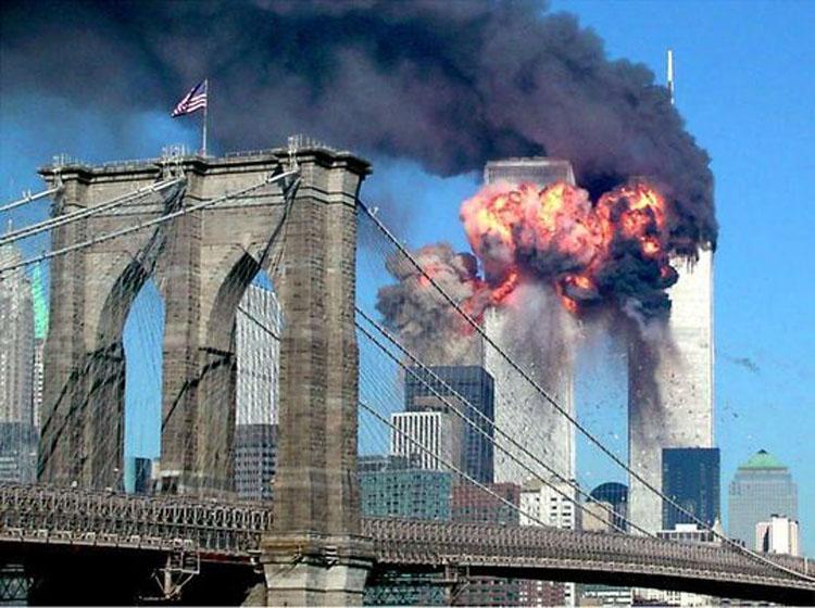 Khoảnh khắc chiếc máy bay Boeing 767 số hiệu 11 của American Airlines đâm vào tòa tháp phía bắc thuộc Trung tâm Thương mại Thế giới (WTC) ở New York lúc 8h45 ngày 11/9/2001. (Ảnh: KT)