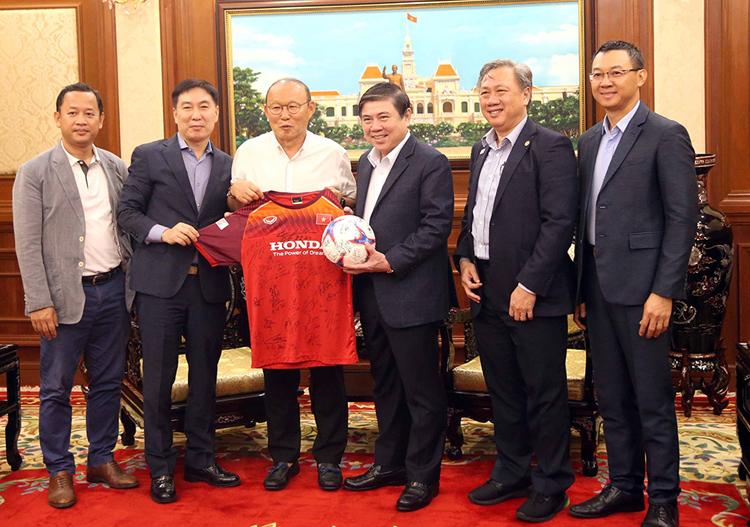 HLV Park Hang Seo tặng quả bóng và áo thi đấu có chữ ký các thành viên trong đội.