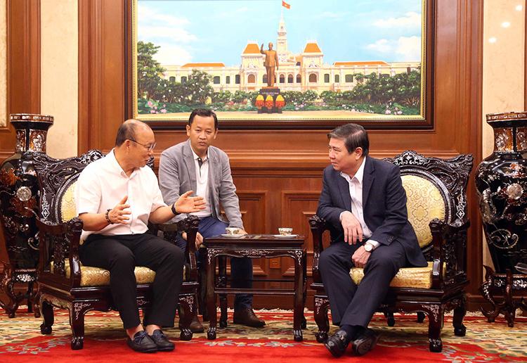 HLV Park Hang Seo trao đổi với Chủ tịch UBND TP.HCM Nguyễn Thành Phong.