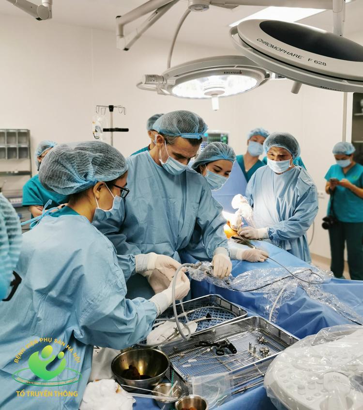 Một ca can thiệp bào thai được thực hiện tại BV Phụ sản Hà Nội.