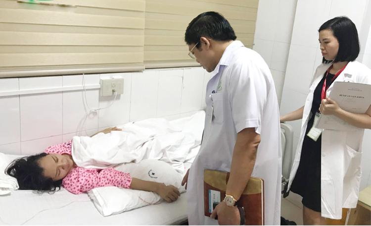 PGS.TS Nguyễn Duy Ánh và BSCKI Nguyễn Thị Sim thăm khám cho sản phụ sau can thiệp bào thai tại BV Phụ sản Hà Nội.