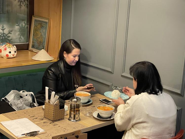 khách thưởng thức món ăn trong nhà hàng Phon roll
