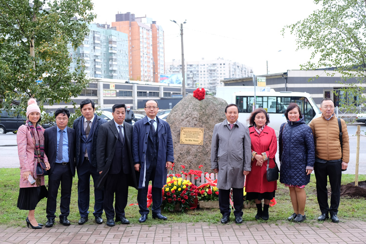 ông Dương Chí Kiên (thứ 2 từ trái qua phải) tại lễ đặt phiến đá ở nơi sẽ dựng tượng Bác Hồ.
