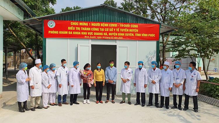 Niềm vui của ngành y tế khi bệnh nhân mắc Covid cuối cùng được điều trị thành công tại cơ sở y tế huyện.