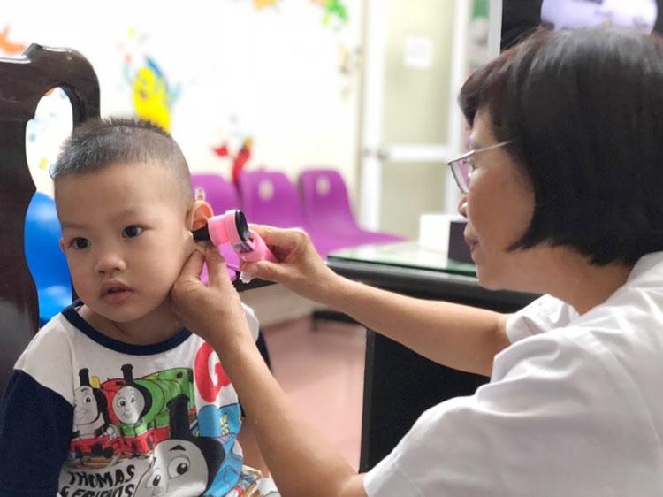 Khi trẻ có triệu chứng ngứa hay giảm sức nghe, cần đưa con đi khám bác sĩ chuyên khoa để loại trừ nấm ống tai ngoài. (Ảnh: Hà Nguyên)