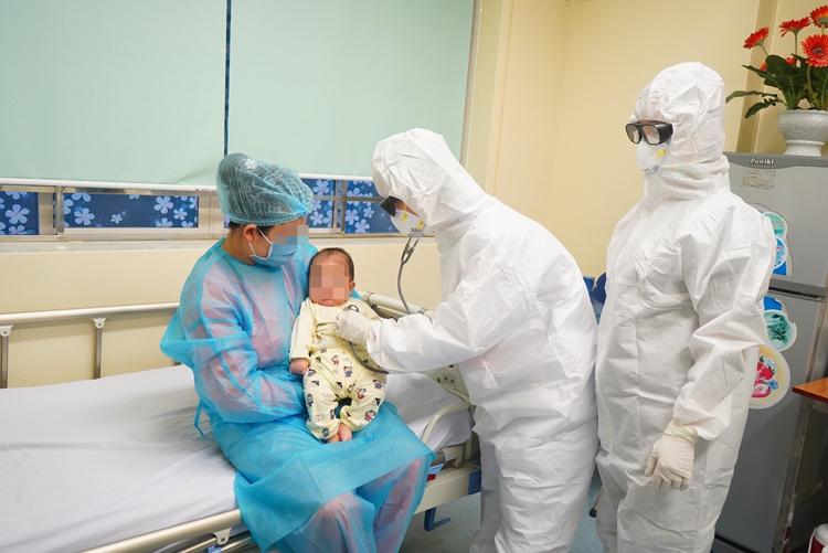 Các bác sĩ Bệnh viện Nhi Trung ương thăm khám cho bệnh nhi 3 tháng tuổi mắc Covid-19 (Ảnh: Xuân Tùng)
