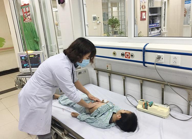 Ths.Bs Nguyễn Thị Hồng Nhân thăm khám cho bệnh nhi.