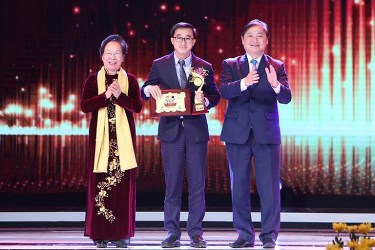 GS.TS Trần Văn Thuấn (đứng giữa) tại lễ tôn vinh Nhân tài Đất Việt 2018 (ảnh: NVCC)