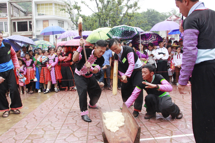Lễ hội giã bánh giày - một trong những lễ hội văn hóa dân tộc độc đáo của đồng bào Mông huyện Mộc Châu.