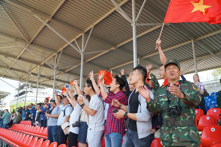 Khán giả cổ vũ nhiệt tình cho đội tuyển Việt Nam.