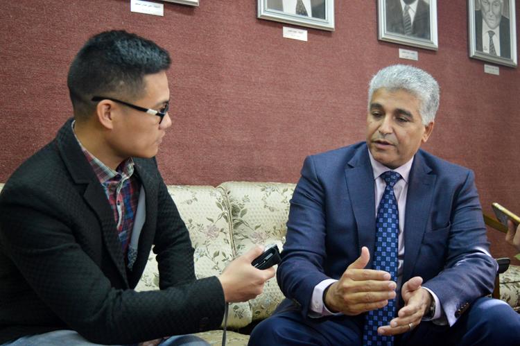 Phóng viên VOV-Cairo phỏng vấn Giám đốc điều hành Hiệp hội doanh nghiệp Ai Cập Mohamed Youssef.