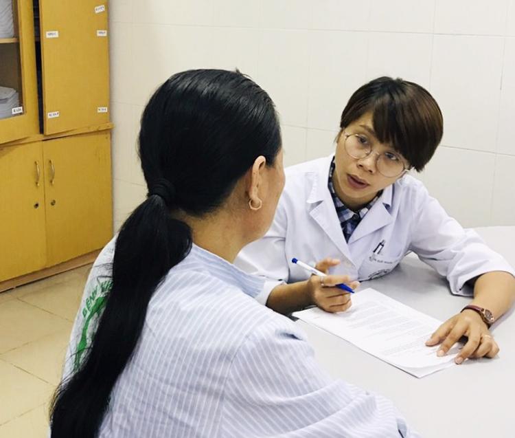 Ths.Bs Lê Thị Phương Thảo khám và tư vấn cho người bệnh sa sút trí tuệ.