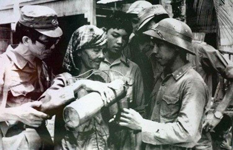 Bà mẹ Campuchia rót nước cho các chiến sĩ Quân tình nguyện Việt Nam.