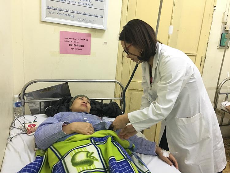 TS.BS Phùng Thị Huyền thăm khám cho bệnh nhân (ảnh: Lưu Hường)