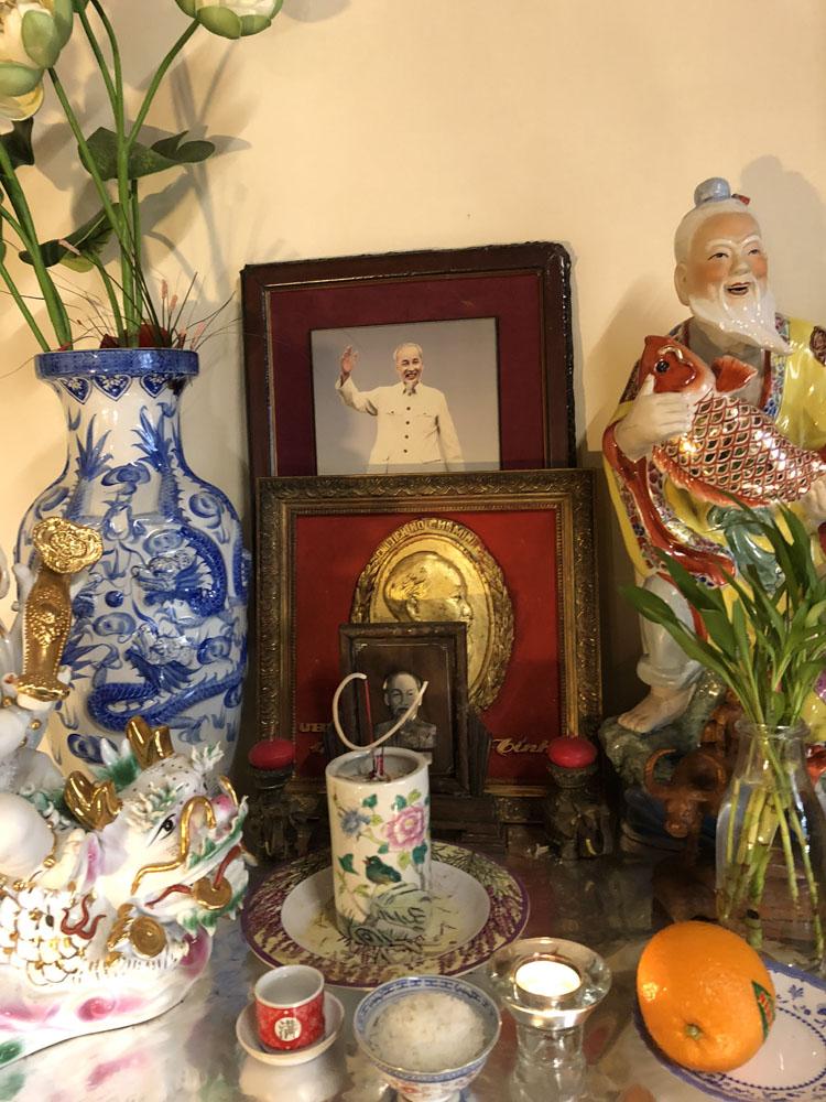 Bức chân dung khảm trai đó đã được bác Sâm dùng làm ảnh thờ Chủ tịch Hồ Chí Minh suốt hàng chục năm qua.