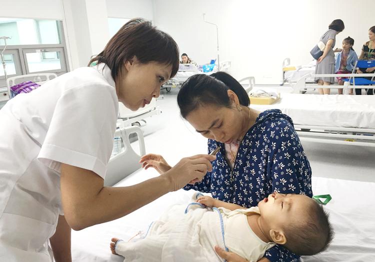 TS.BS Lê Diệp Linh thăm khám và tư vấn cho trẻ sau phẫu thuật sứt môi, hở hàm ếch.