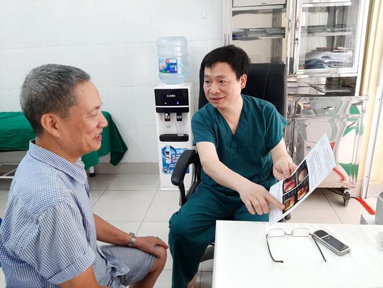 TS.BSCC Lê Mạnh Cường đang tư vấn cho người bệnh (ảnh: L.H)