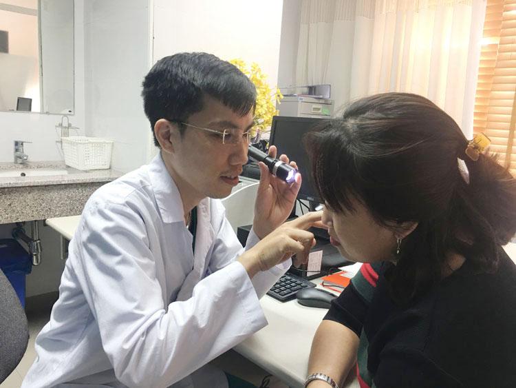 TS.BS Nguyễn Hữu Quang thăm khám và tư vấn cho khách hàng tẩy nốt ruồi.