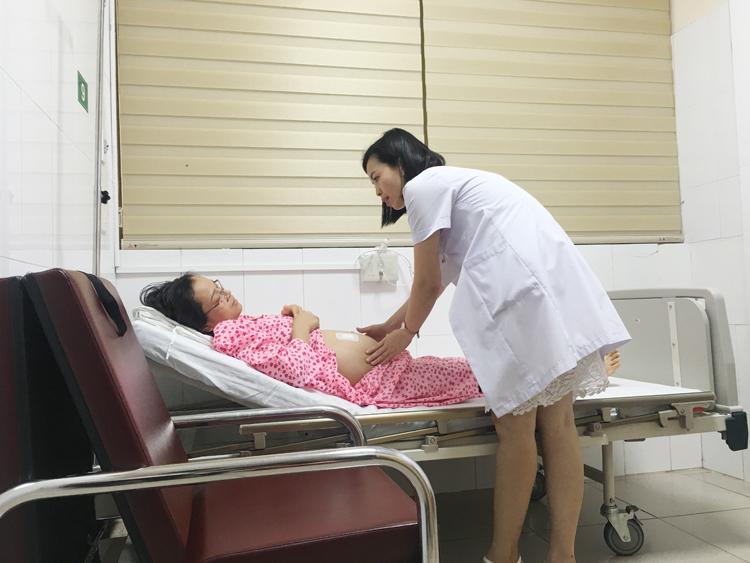 BSCKI Nguyễn Thị Sim thăm khám cho thai phụ.