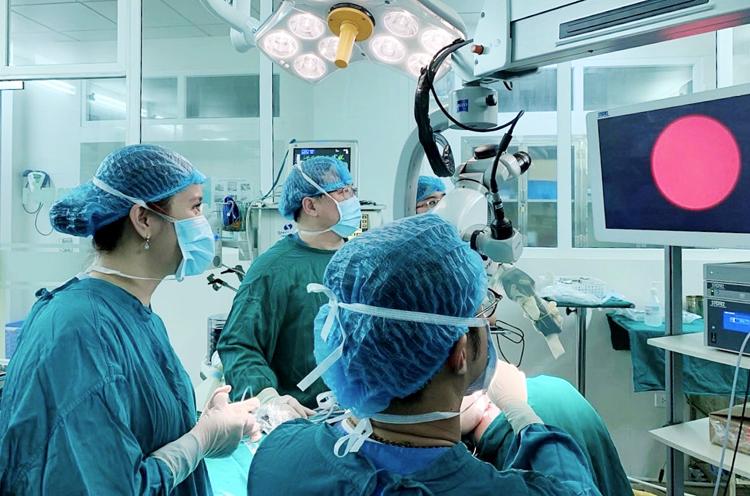 Bác sĩ Nguyễn Hồng Nhung và cộng sự thực hiện ca nội soi viêm tuyến nước bọt mang tai tại Bệnh viện Răng hàm mặt Trung ương.