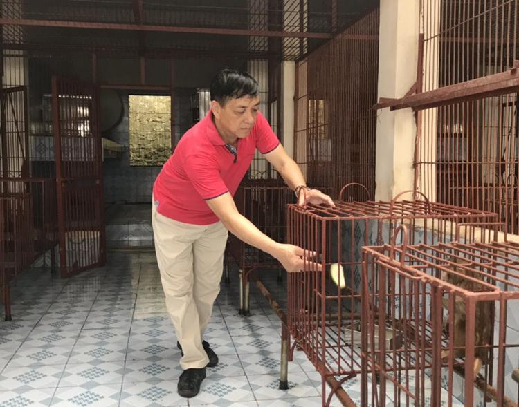 TS. Vũ Công Long cho khỉ ăn.