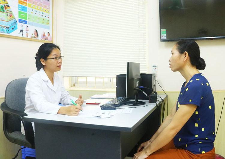 TS.BS Nguyễn Thanh Hà tư vấn cho dinh dưỡng cho bệnh nhân trước khi xuất viện.