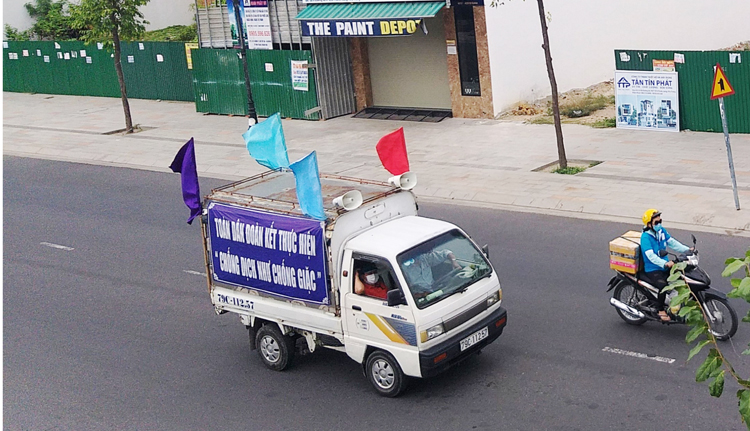 Những nơi chưa có hệ thống loa truyền thanh công cộng, thành phố Nha Trang sử dụng xe lưu động.