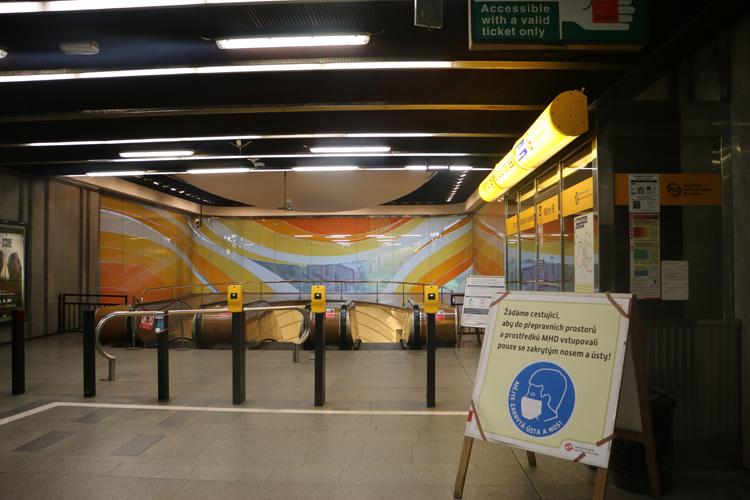 Tại bến tàu điện ngầm có các băng rôn khuyến cáo người dân đeo khẩu trang.
