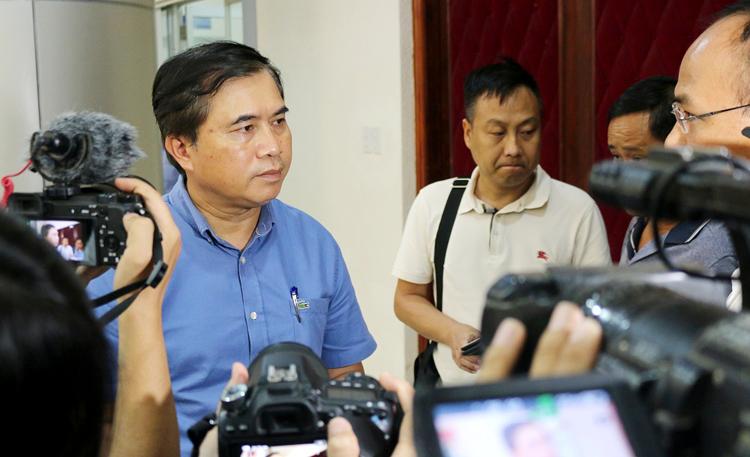 Thứ trưởng Bộ Xây dựng Lê Quang Hùng trả lời báo chí bên lề cuộc họp.