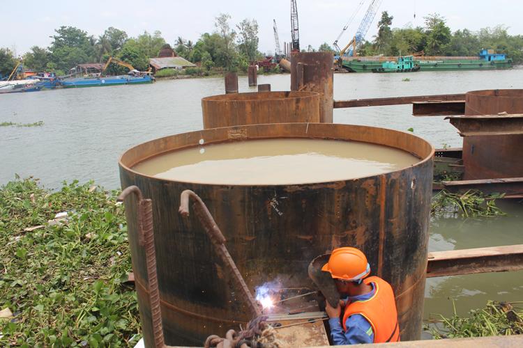 Nhiều công trình, dự án thi công gặp khó khăn vì nguồn nguyên liệu thép sốt giá, khan hiếm.