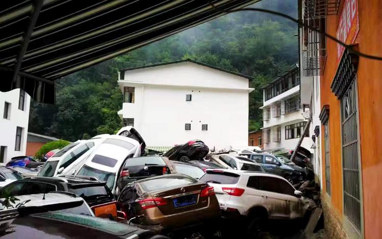 Xe ô tô chất đống sau lũ (Ảnh: Chinanews)