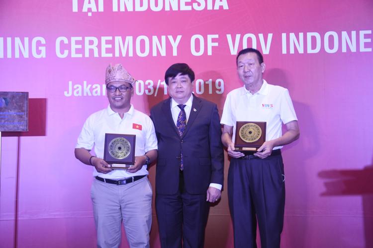 Tặng quà cho hai chủ tịch câu lạc bộ BLC và RLC của Indonesia.