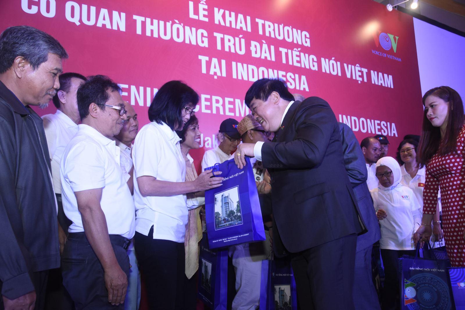 Tổng giám đốc Nguyễn Thế Ký trao tặng chứng nhận nghe đài và quà cho các thính giả.